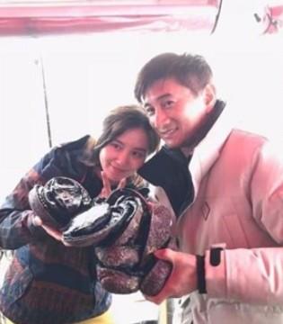 新西兰海边偶遇吴奇隆夫妻 刘诗诗素颜出镜