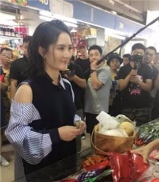 谢娜市场买菜 人气高被群众层层围观