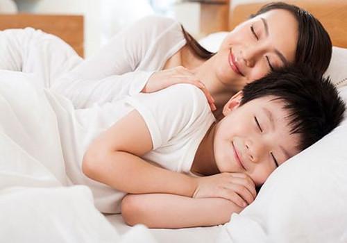孩子什么时候分床睡 让孩子顺利分床睡的小技巧