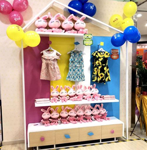 恭喜梁女士芭乐兔童装加盟店盛大开业