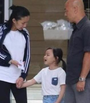 刘德华朱丽倩带孩子逛商场被拍 女儿正面神似爸爸