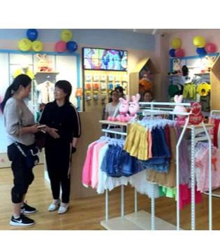 恭喜吴先生芭乐兔童装加盟店火爆开业