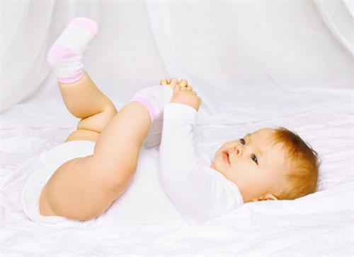宝宝夏季睡觉 要不要穿袜子 别做错了