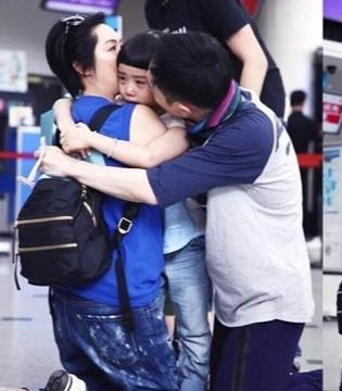 黄贯中带女儿参加爸爸去哪儿 朱茵机场抱着女儿哭