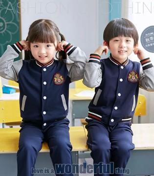 合乐童装 校服应成为行走的校园文化符号