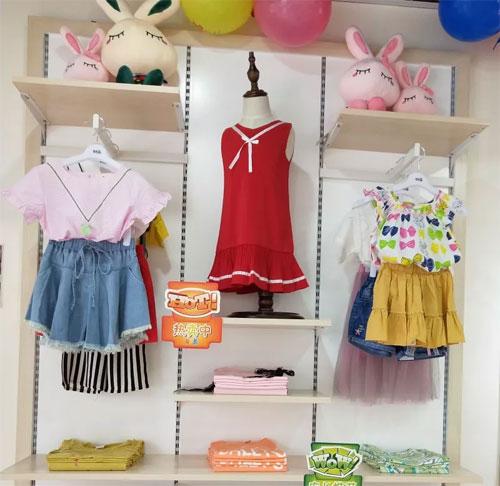 热烈祝贺黎女士芭乐兔童装加盟店盛大开业