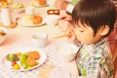 这4类食物是智商杀手 家长们别再给孩子吃了