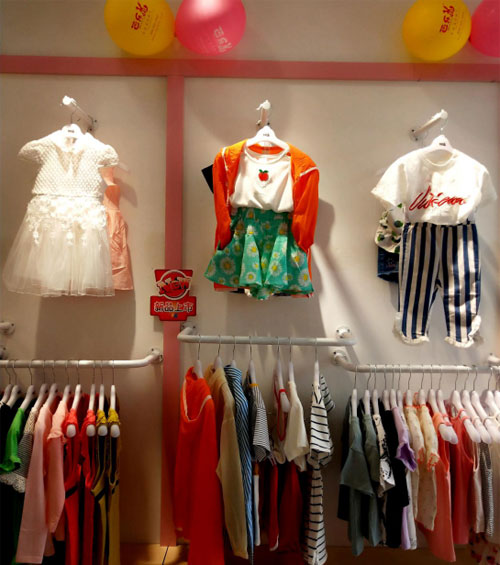 热烈祝贺易女士芭乐兔童装加盟店隆重开业