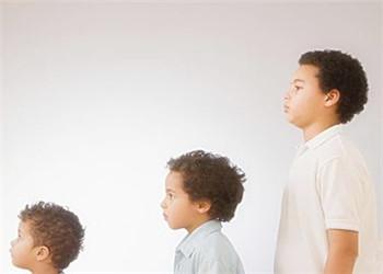 孩子一直比同伴矮怎么办? 预防矮小症家长需做好这3点
