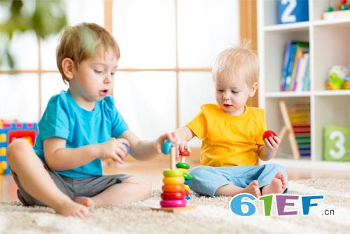 家长们需要正确教导孩子玩玩具 让他学习与玩耍并行