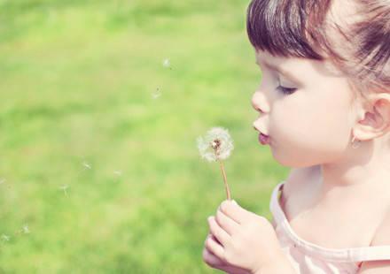 这3种表现表明宝宝积食了 按揉涌泉穴可以帮助缓解