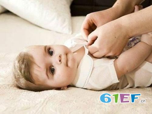 给宝宝选购衣服时 如何科学地给宝宝选购衣物呢?