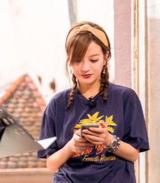 赵薇扎麻花辫少女感爆棚 与网友互动被赞接地气