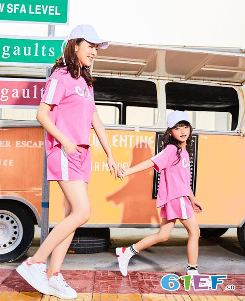 一家出游 选择一款适合夏末初秋的亲子装