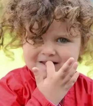 宝宝总是啃指甲 咬指甲的危害 妈妈应该怎么办?