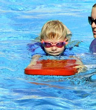 """防""""秋老虎""""有妙招 带孩子游泳好处多多!"""