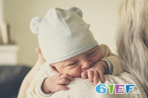 新生儿为何总是打嗝  停止宝宝打嗝的方法