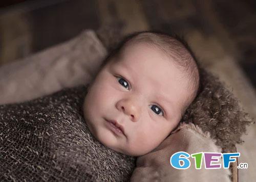 换纸尿裤不恰当方法  会影响宝宝发育 你了解吗?