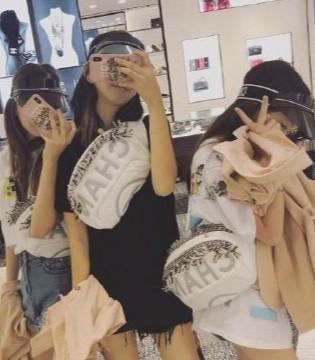 王菲带着李嫣及其小闺蜜团逛街购物  豪掷千金