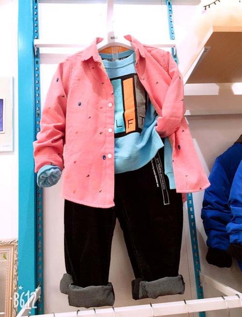 恭喜翟女士!又一家芭乐兔童装专卖店开业了!