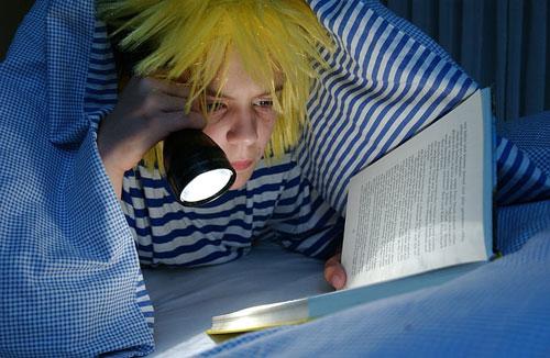晚上亮灯睡觉对宝宝有什么影响你知道吗?