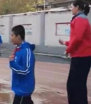 男同学都得仰视她!济南11岁小女孩身高2米1