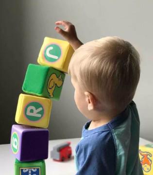 在为宝宝选购木制玩具时 需要注意以下几点