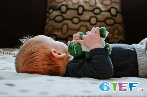 宝宝为什么会偷笑呢? 宝妈们可以这样刺激宝宝微笑