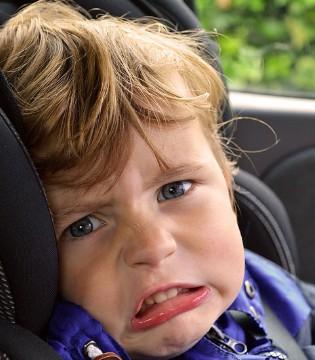 怎么回事?穿羽绒服的宝宝从车里飞了出去?