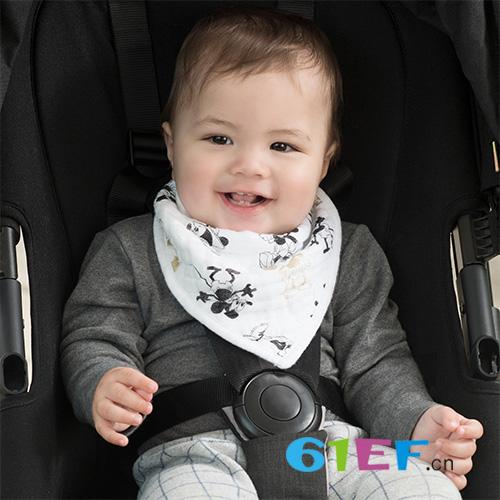 """避免喂食成""""车祸现场"""" 婴儿围兜选择很重要!"""