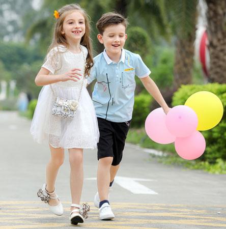 小神童服饰给予孩子们一个快乐的时光!
