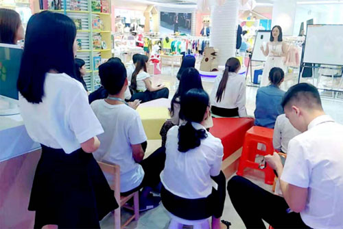 芭乐兔童装员工培训会:心存善念团结同伴让我们更优质