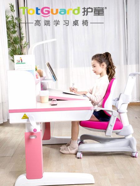 专注学习有妙招  护童学习桌椅要备好