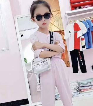 如何搭配小孩子的童装 一件连衣裙既可搞定