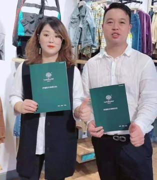 恭喜崔总、付先生成功抢签森虎儿专卖店!