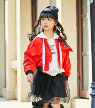 红色系衣服怎样穿出时尚感 还得看拉斐贝贝的表演