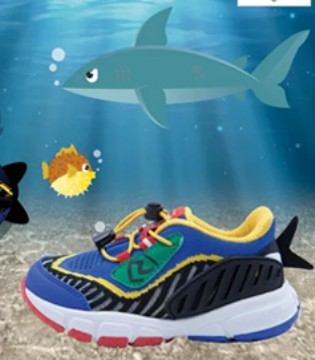 孩子玩平衡车滑板车需要这样一双鲨鱼鞋