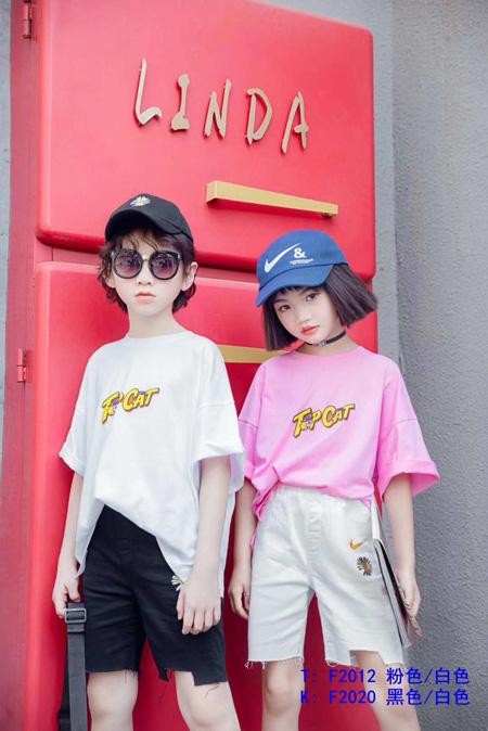 夏日元气穿搭 换上T恤来玩时尚街拍