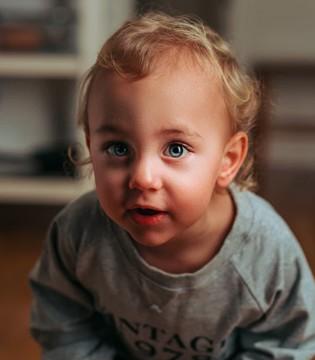 我国近视低龄化趋势明显 如何判断孩子有无近视?