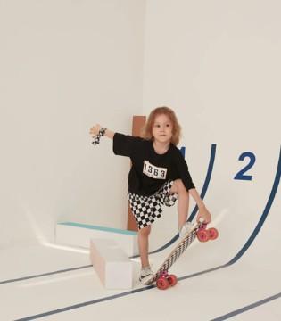 Qimoo童装新品 是爱玩滑板的格子少年