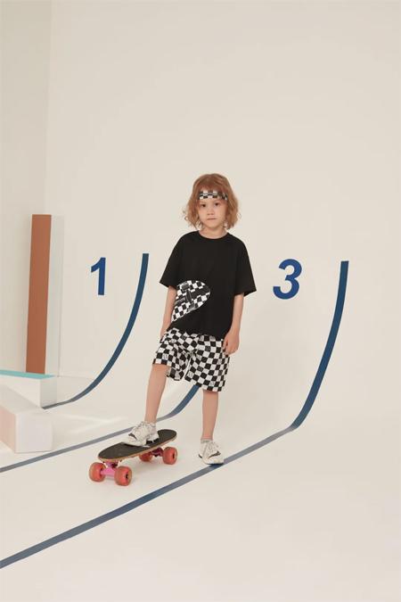 Qimoo童�b新品 是�弁婊�板的格子少年