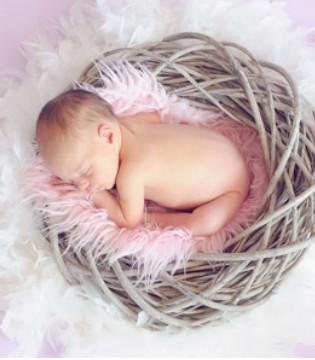 宝宝入睡前哭闹不止 家长应该怎么办?