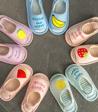花里花哨的儿童家居鞋 但让宝贝爱不释脚