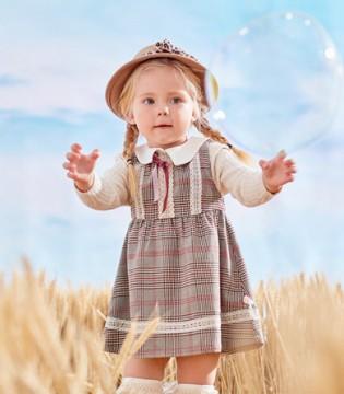 吹着彩色泡泡的秋季 漂亮衣服一同穿上
