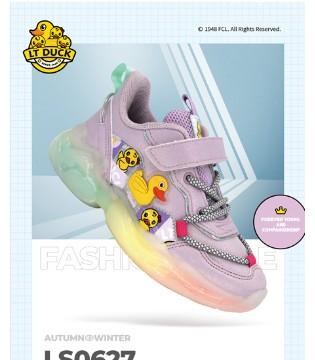 宝宝娇嫩的小脚 由小黄鸭童鞋来守护