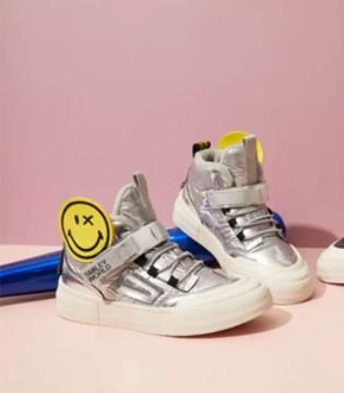 穿上时尚舒适的鞋子 无尽的奔跑玩耍