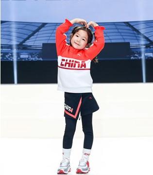 安踏冠军领奖服发布 中国少年亮相展风采!