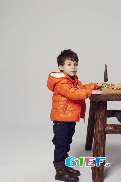 小同桌童装品牌       温暖的儿童在羽绒服