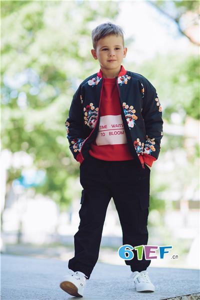 加盟爱吆吆童装,品牌为客户提供专用货架,装修指导
