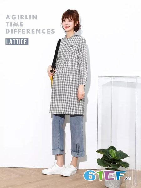 拼出完美孕妇品牌2019春季复古宽松羊毛黑白呢格子抽褶连衣裙盘扣设计